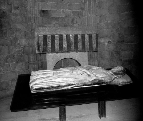 Siglos X-XI Sepulcros románicos de Ermessenda de Carcassona y se bisnieto Ramon Berenguer II, conde de Barcelona BN